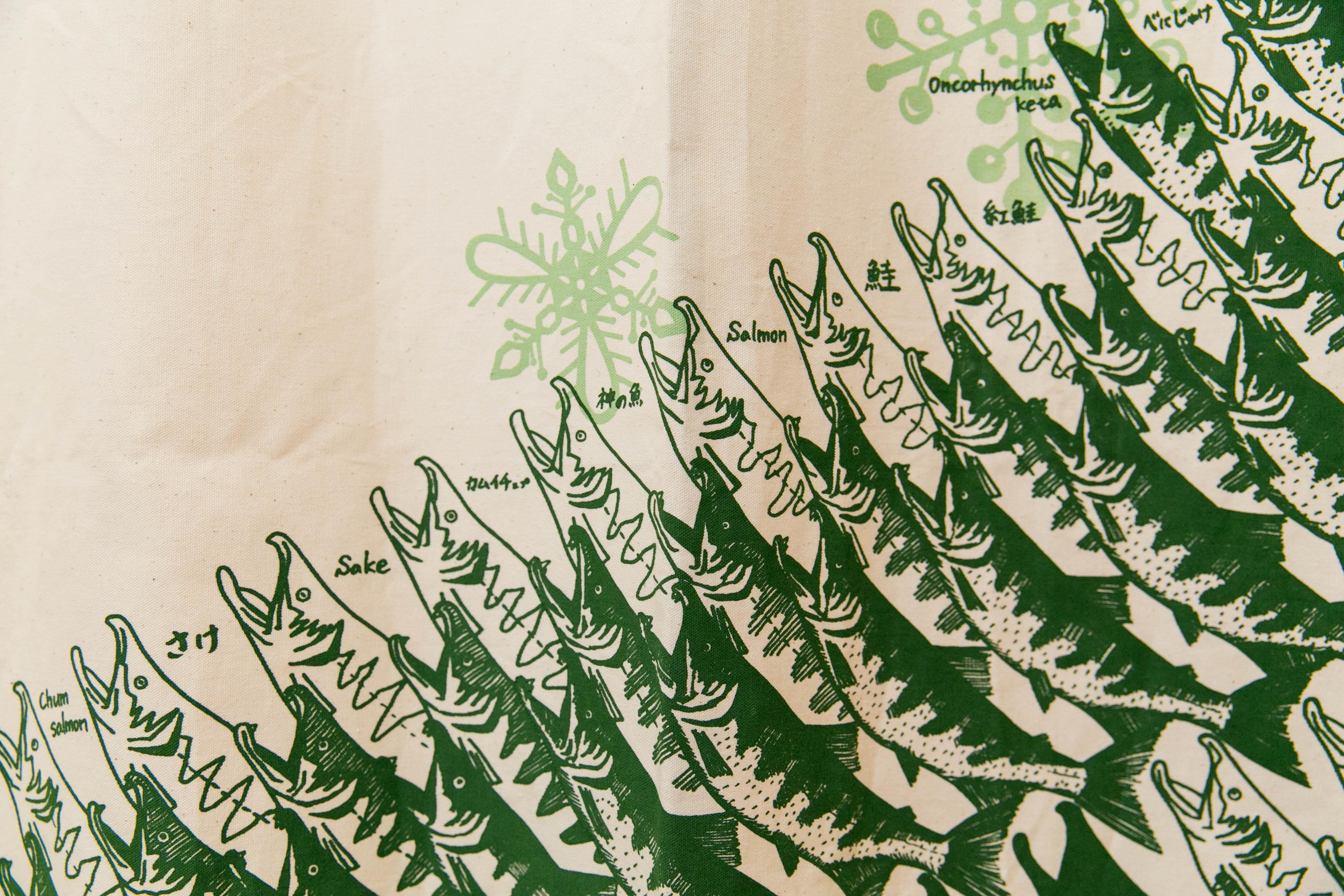 札幌ゲストハウスyuyuのカーテン(鮭)