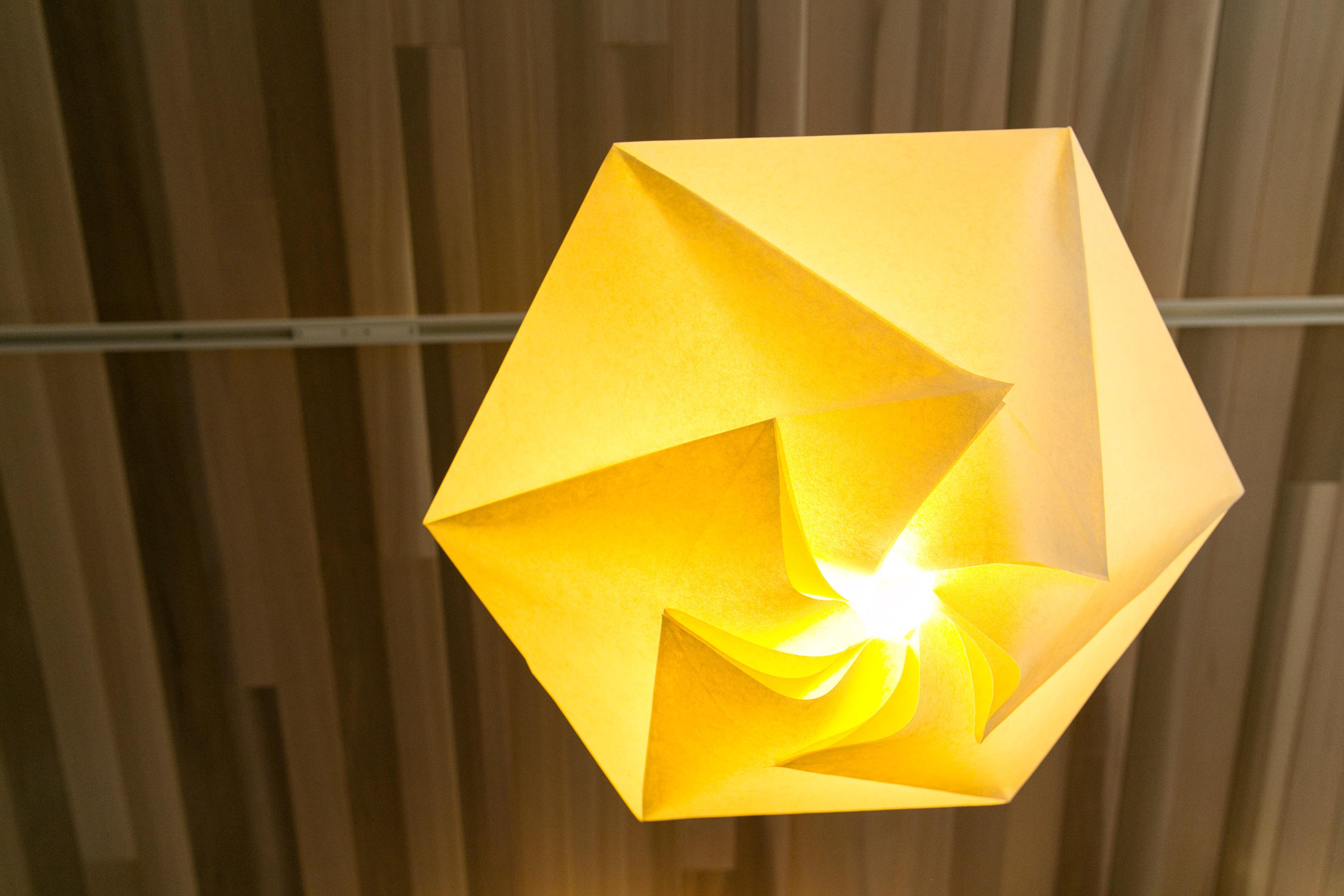 雪の形を六角形で演出。重なった紙に見られる光の陰影も見所の一つ